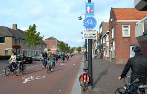 在部分道路,單車有優先使用權;Fietsstraat/ John Tarantino@Wikipedia/ CC BY-SA