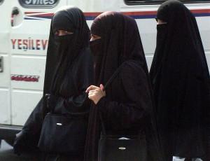 """""""Niqab""""是一種掩蓋臉部但不遮蓋眼部周圍的面紗,一般會加以相應的頭巾配戴。"""