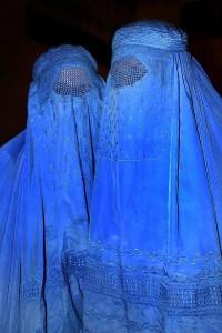 """Burka""是所有伊斯蘭教服飾中掩蓋度最高的衣物。它遮蓋整個臉部及全身,眼部位置的設計非常特別,有細密的網讓穿戴者能看到外面。"